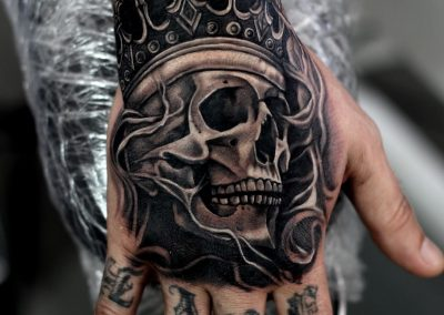 hand king skull tattoo,tatuaj pumn